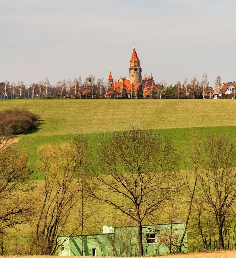 Vista al castello di Bouzov in repubblica Ceca fotografie stock
