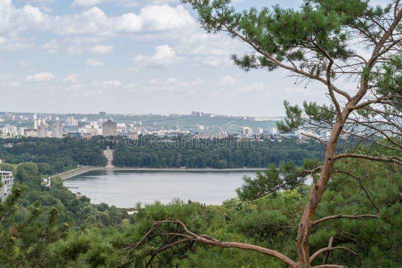 Vista al Chisinau& x27; edificios, lago y verdor de s fotos de archivo