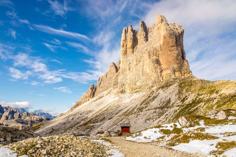 Vista al Cima Piccola 2857m Tre Cime di Lavaredo in dolomia - Italia fotografia stock libera da diritti
