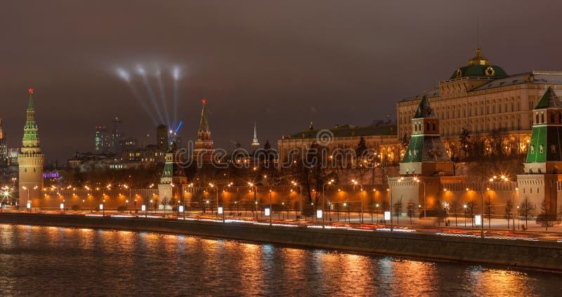 Vista al Cremlino di Mosca alla notte fotografia stock