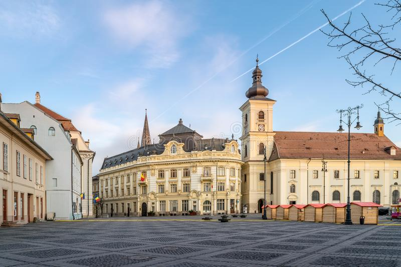 Vista al cuadrado grande en Sibiu, durante la abertura de la Pascua justa imagenes de archivo