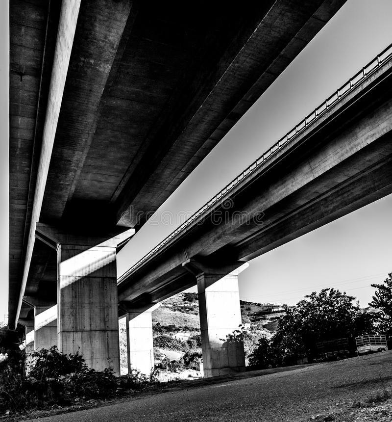 Vista al di sotto dell'autostrada fotografia stock libera da diritti