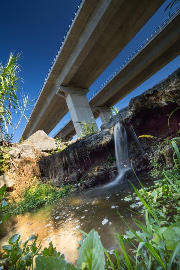 Vista al di sotto dell'autostrada e dalla cascata fotografia stock