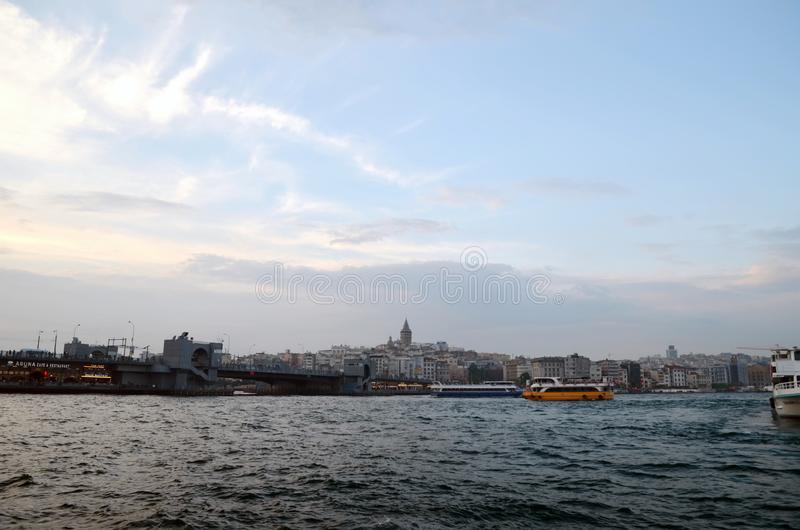 Vista al distretto di Galata, ponte di Galata attraverso la baia di Horn dorato immagini stock libere da diritti