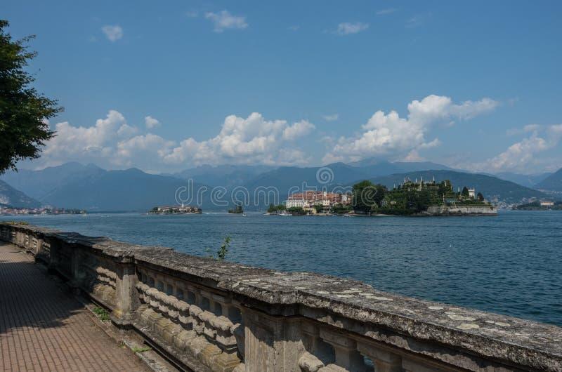 Vista al embankm de la ciudad de Stresa de la forma del lago Maggiore de las islas de Borromean fotos de archivo libres de regalías