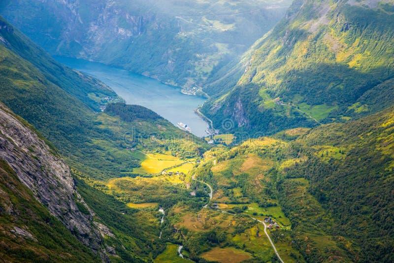 Vista al fiordo de Geiranger con el valle verde rodeado por las montañas, Geiranger, región de Sunnmore, más condado de Romsdal d imágenes de archivo libres de regalías