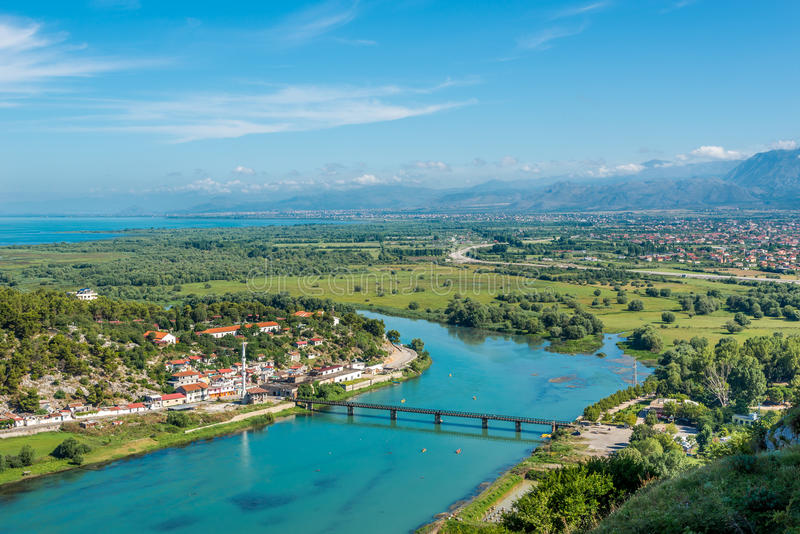 Vista al fiume Buna ed alla città di Shkodra fotografia stock