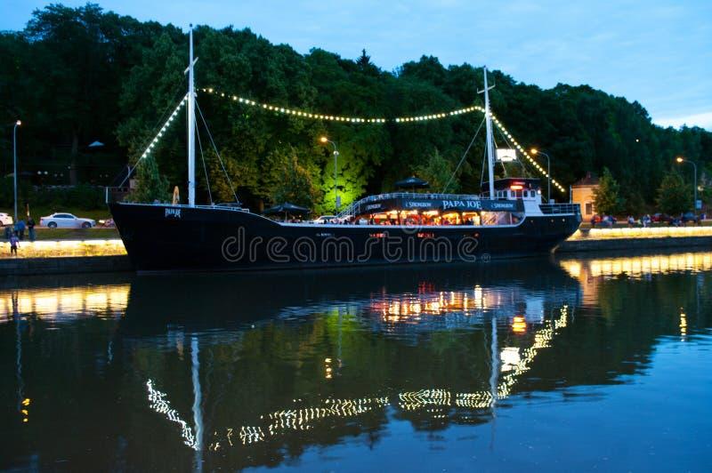 Vista al fiume di aura alla notte a Turku, Finlandia fotografia stock libera da diritti