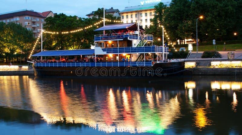 Vista al fiume di aura alla notte a Turku, Finlandia fotografia stock