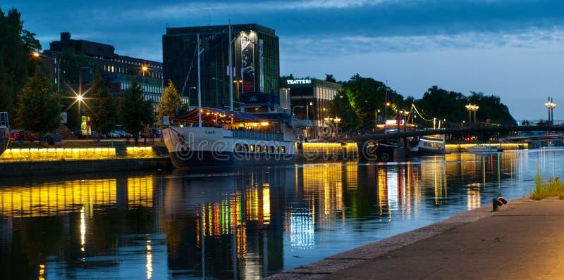 Vista al fiume di aura alla notte a Turku, Finlandia immagini stock