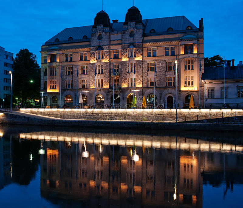 Vista al fiume di aura alla notte a Turku, Finlandia fotografie stock libere da diritti