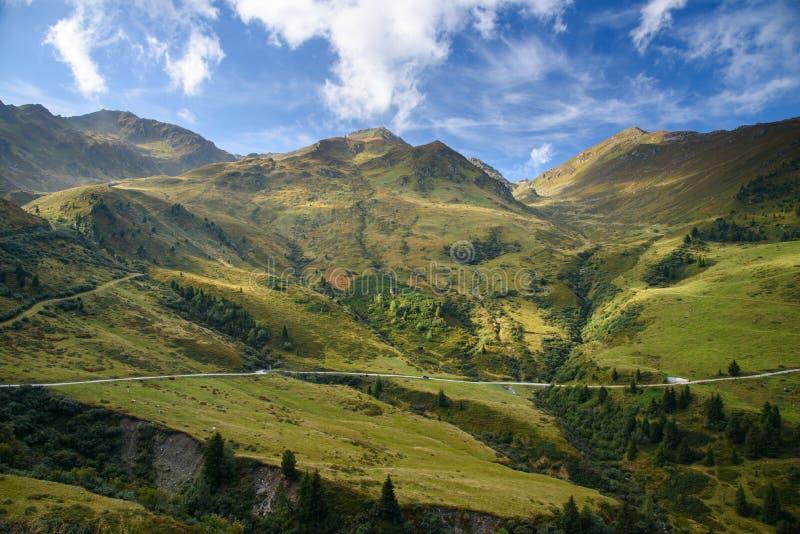 Vista al hohenstrasse alpino di Zillertaler della strada immagini stock