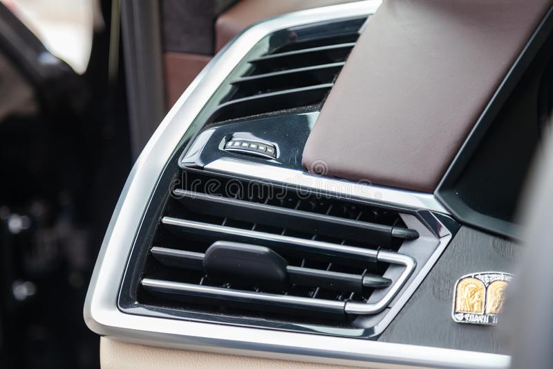 Vista al interior blanco y marrón de BMW X7 M Performance con el tablero de instrumentos, el sistema de medios, la exhibición, lo imagen de archivo