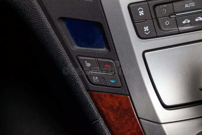 Vista al interior de Cadillac CTS con los botones del clima-controle y dysplay después de limpiar antes de venta en el aparcamien imágenes de archivo libres de regalías