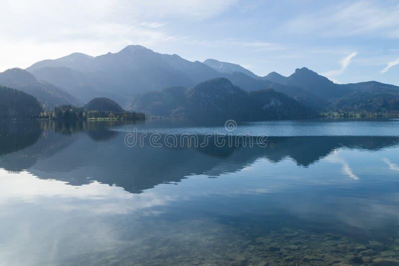 Vista al Kochelsee con le montagne nei precedenti immagine stock libera da diritti