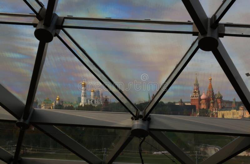 Vista al Kremlin a través del tejado de cristal del parque moderno Zaryadye, Moscú, Rusia fotos de archivo
