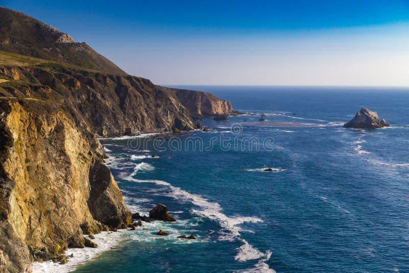 Vista al mar cerca del puente de la cala de Bixby en Big Sur, California, los E.E.U.U. foto de archivo