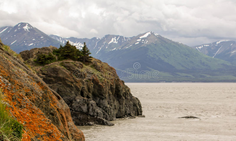 Vista al mar con las montañas fotografía de archivo libre de regalías