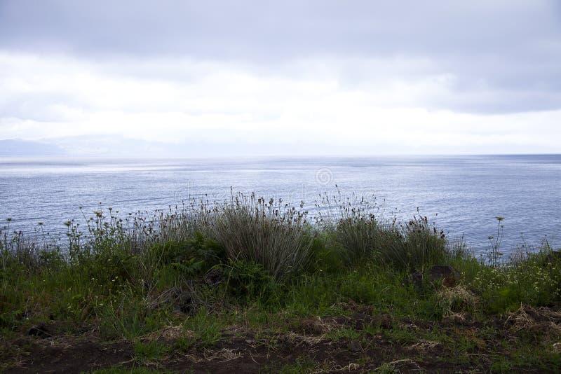 Vista al mar en Gran Canaria, Canarias debajo de la bandera española imagen de archivo libre de regalías