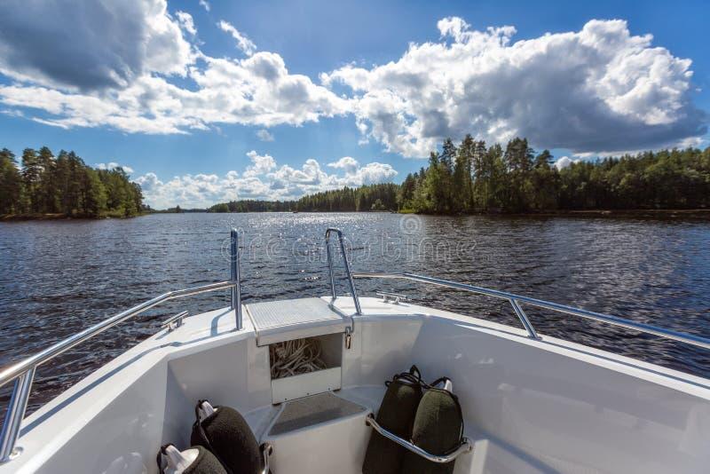 Vista al paisaje del lago del barco de motor imagen de archivo