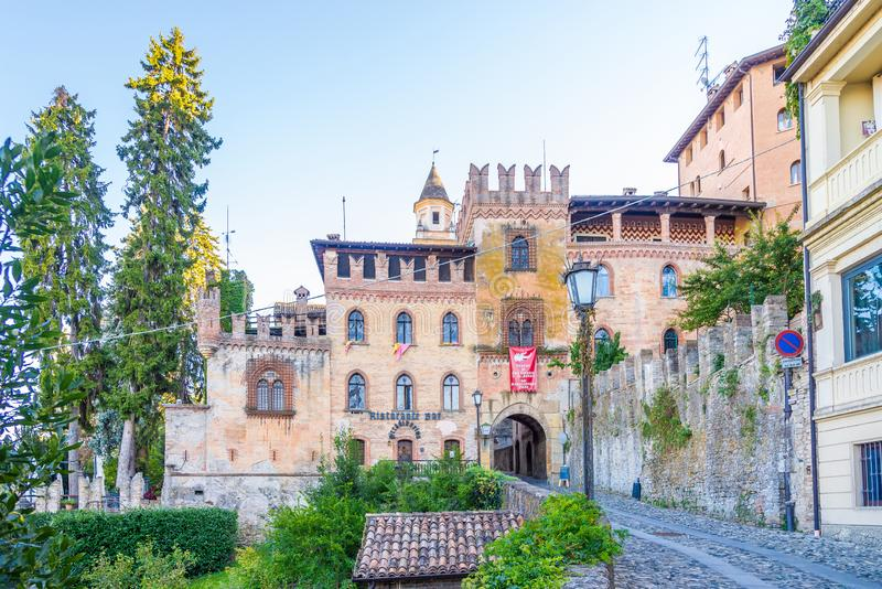 """Vista al palazzo di Stradivari a Castell """"Arquato - Italia immagine stock libera da diritti"""
