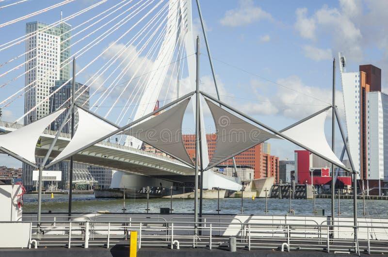Vista al porto della città di Rotterdam, concetto futuro di architettura immagini stock libere da diritti