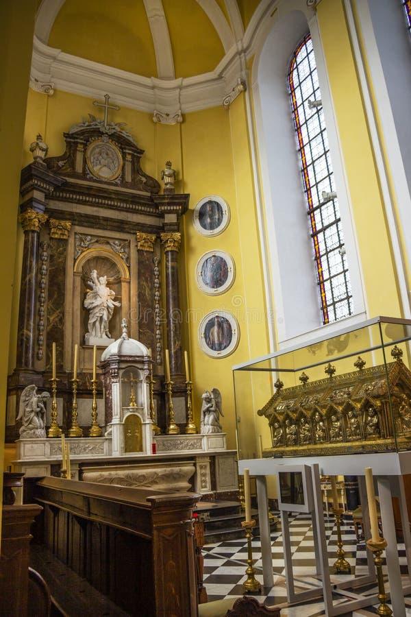 Vista al presbiterio de la iglesia de San Sebastián con la capilla del santo Remaclus y del alto altar, Stavelot fotos de archivo