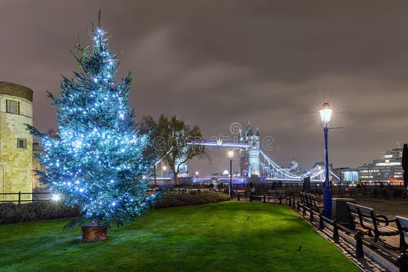 Vista al puente de la torre en Londres con un árbol de navidad en frente imagen de archivo libre de regalías