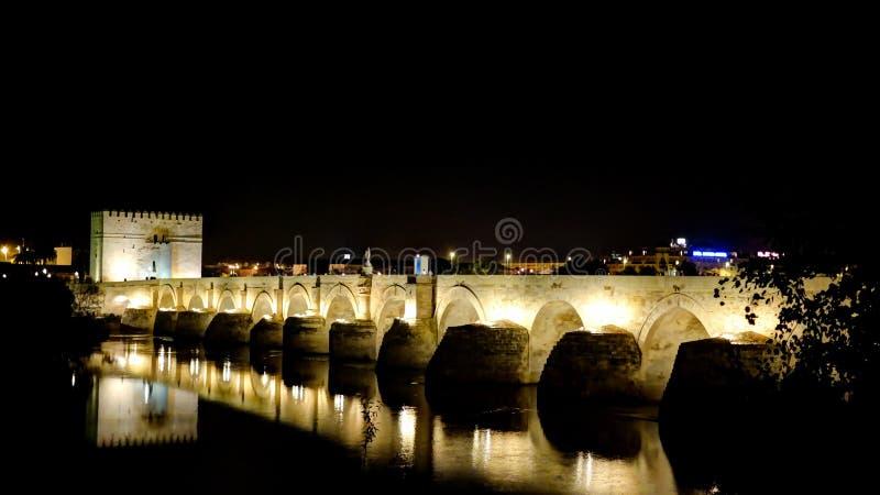 Vista al puente romano en Córdoba en la noche, Andalucía España imagen de archivo