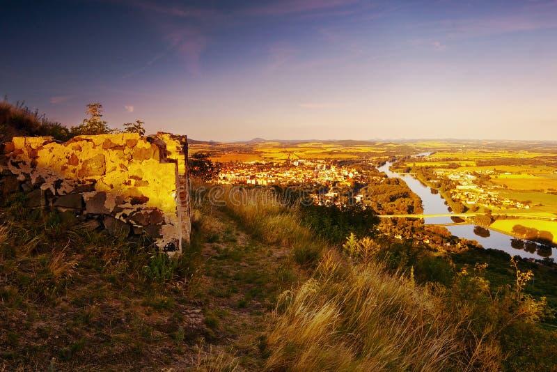 Vista al río de Labe en la ciudad de Litomerice de la colina Radobyl con ruine en primero plano en área turística de CHKO Ceske S foto de archivo