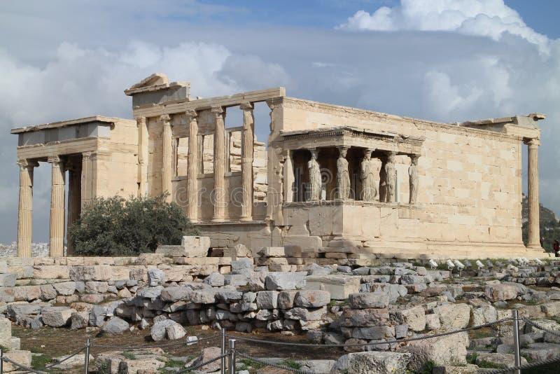 Vista al templo de Erechtheum con el pórtico de las cariátides, acrópolis, Atenas fotografía de archivo libre de regalías