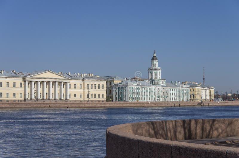 Vista al terraplén y al museo de Kunstkamera, Sankt-Pete del río de Neva imágenes de archivo libres de regalías
