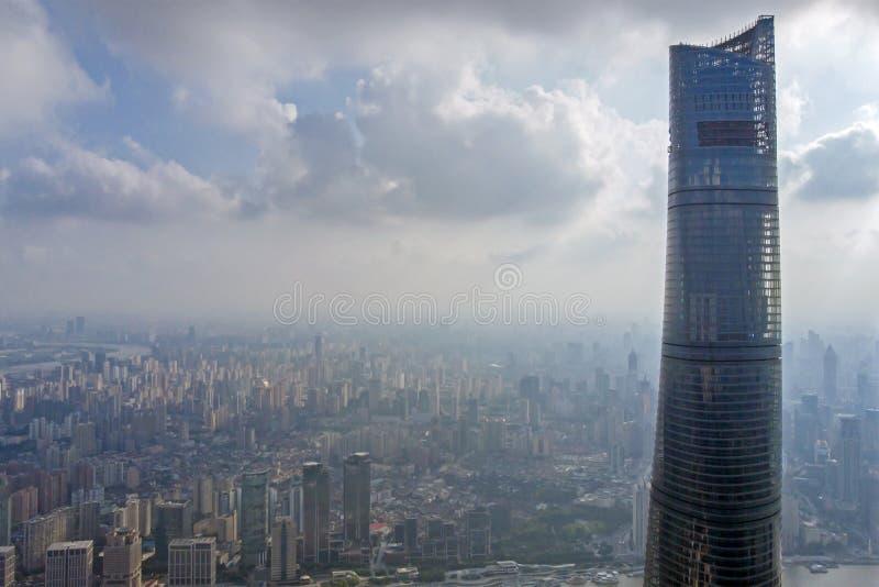 Vista al top de torre de Shangai y de horizonte de Shangai imagen de archivo
