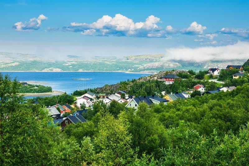 Vista al Varangerfjord en Kirkenes, Noruega imagen de archivo