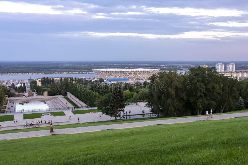 Vista al Volga ed all'arena di Volgograd dello stadio di football americano immagine stock