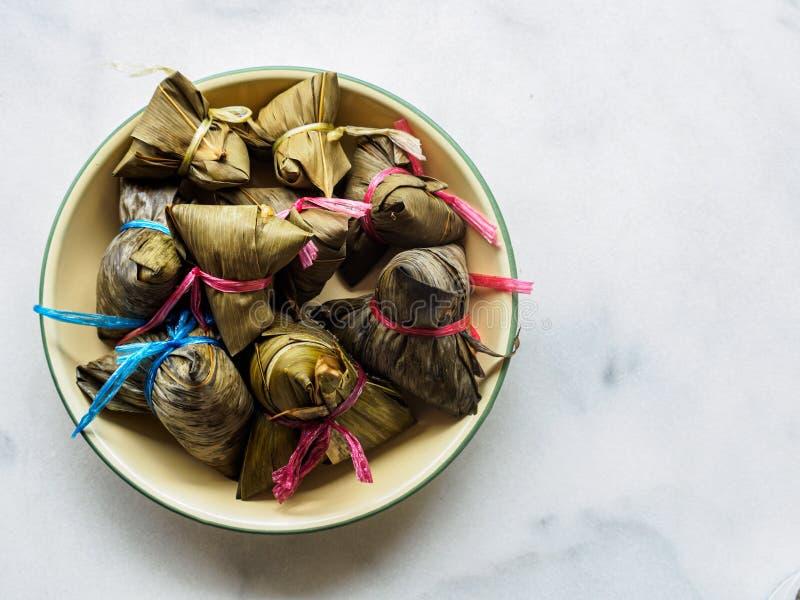Vista alineada izquierda de arriba hacia abajo de las bolas de masa hervida asiáticas Zongzi del arroz con el espacio de la copia imagenes de archivo