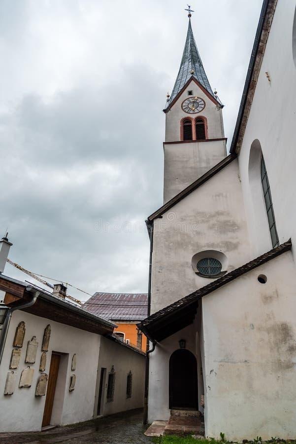 Vista all'aperto del chuch della parrocchia di Rattenberg immagini stock libere da diritti