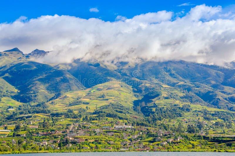 Download Vista All'aperto Delle Costruzioni Di Casa Alla Base Dello Stratovolcano Inattivo Di Imbabura Nell'Ecuador Del Nord Immagine Stock - Immagine di montagna, paesaggio: 117981513