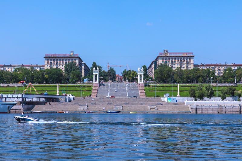 Vista all'argine dell'città-eroe Volgograd con lo starecase centrale dal fiume Volga fotografie stock libere da diritti