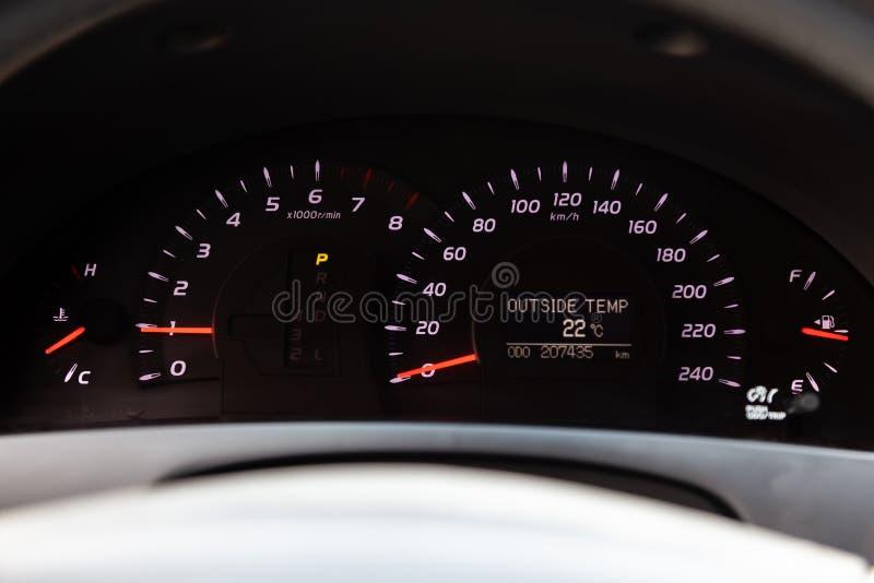 Vista all'interno dell'automobile con il cruscotto, il tachimetro, l'odometro, il tachimetro e le frecce rosse dopo la pulizia pr fotografia stock