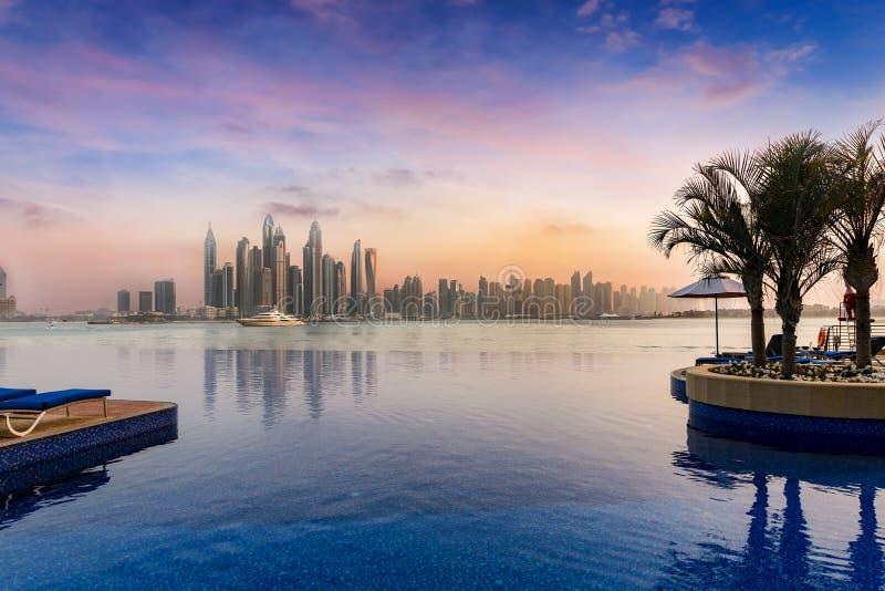Vista all'orizzonte del porticciolo del Dubai con una piscina nella parte anteriore fotografie stock libere da diritti