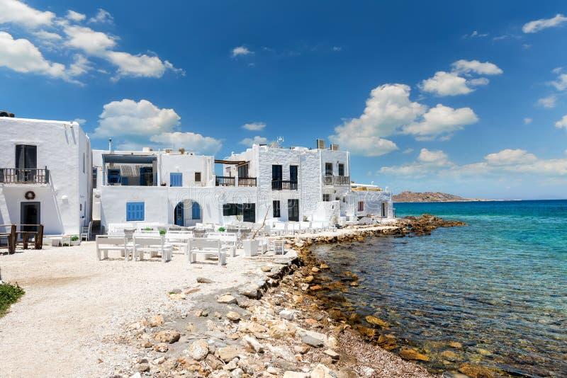 Vista alla baia di Naoussa, un paesino di pescatori tradizionale all'isola di Paros fotografie stock