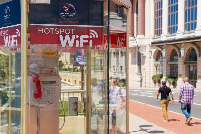 Vista alla cabina telefonica di punto caldo di wifi alla via nel Monaco, Monaco immagine stock libera da diritti