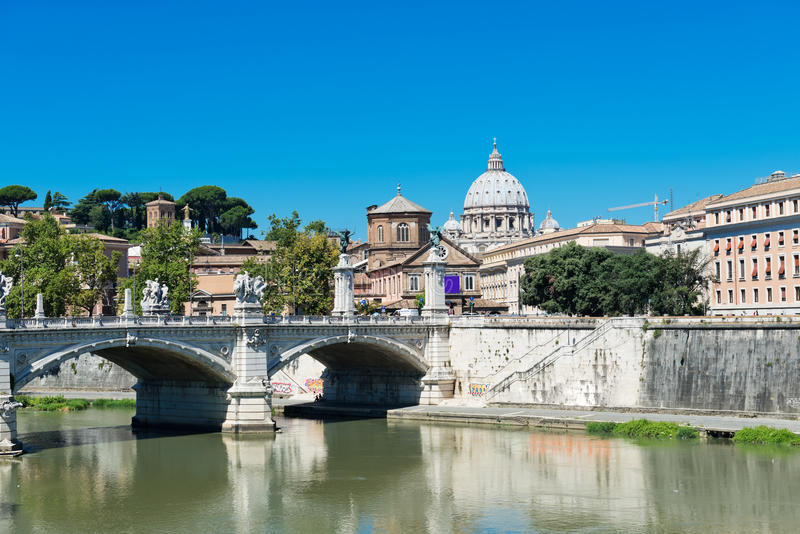 Vista alla cattedrale di St Peter e del Tevere a Roma immagini stock