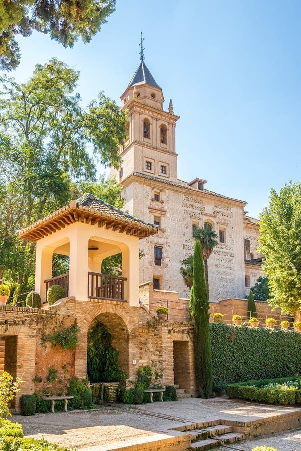 Vista alla chiesa di Santa Maria Alhambra a Granada, Spagna immagine stock libera da diritti