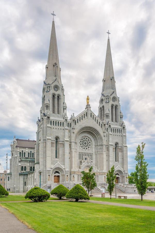 Vista alla facciata della basilica Sainte Anne de Beaupre nel Canada immagine stock libera da diritti