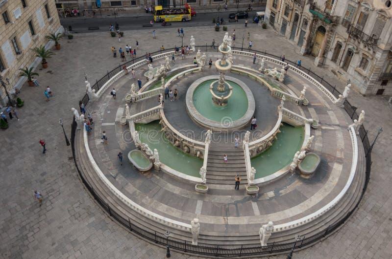 Vista alla fontana barrocco con le figurine nude sulla piazza Pretoria immagini stock