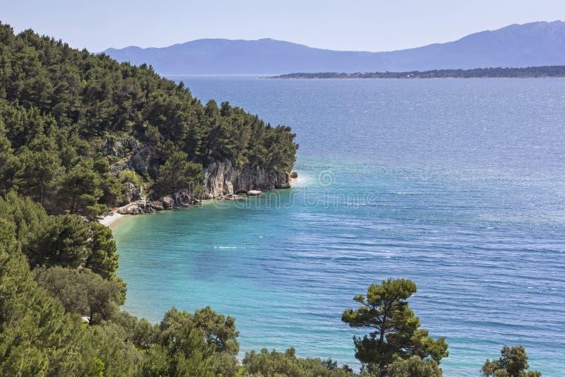 Vista alla montagna ed alla spiaggia, mare adriatico, Croazia immagine stock libera da diritti