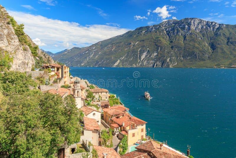 Vista alla polizia del sul di Limone al Lago di Garda fotografia stock libera da diritti