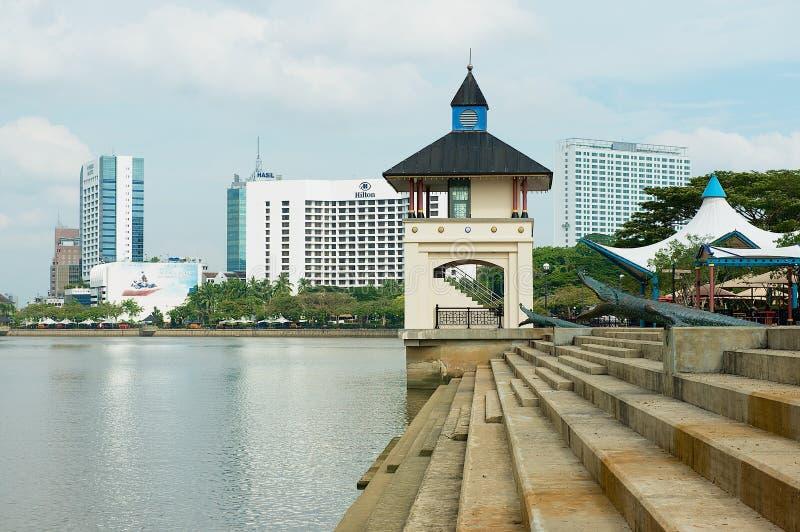 Vista alla riva del fiume ed alle costruzioni moderne degli hotel in Kuching, Malesia fotografia stock